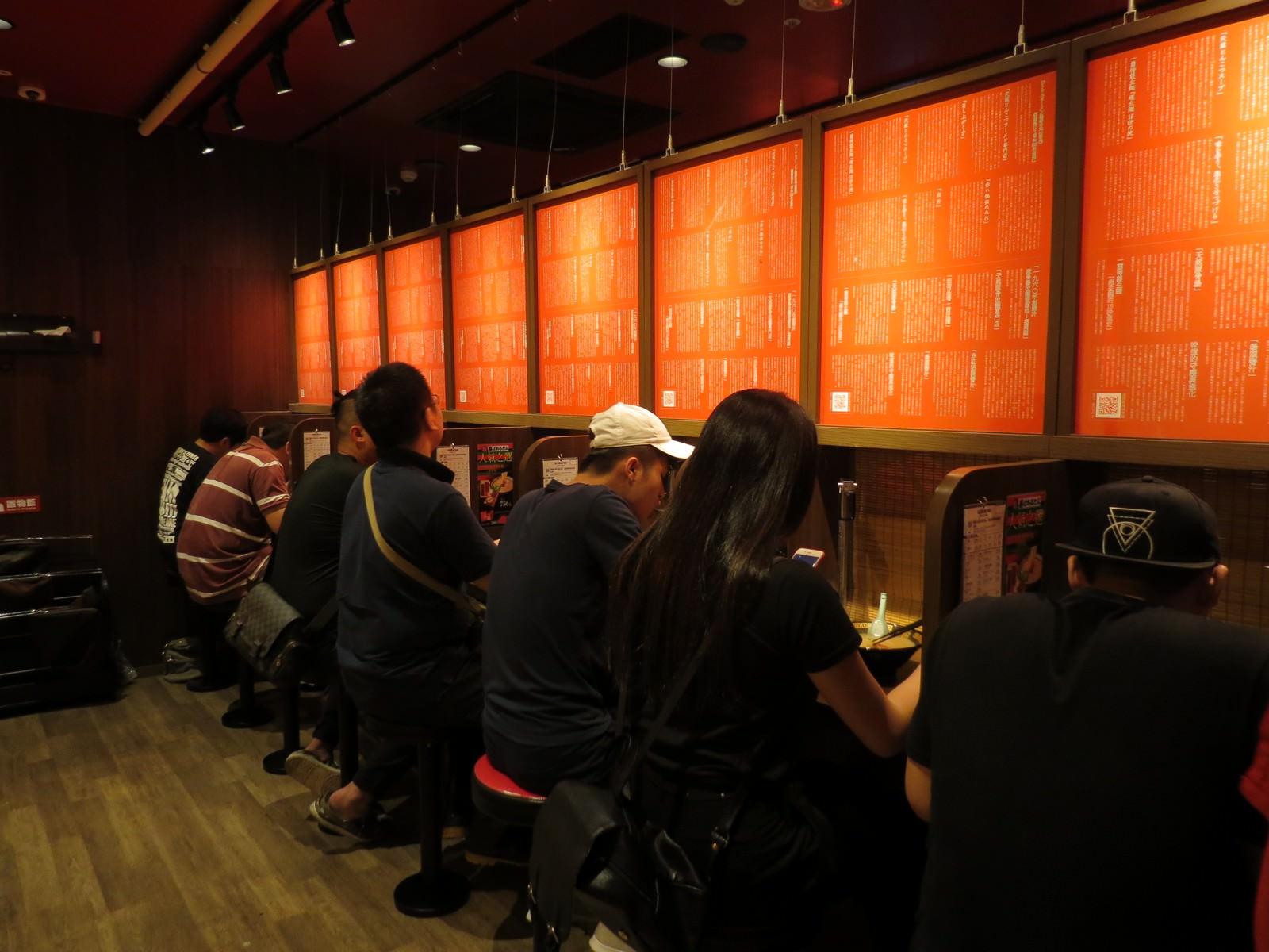 天然豚骨拉麵專門店一蘭@台灣台北本店, 用餐空間