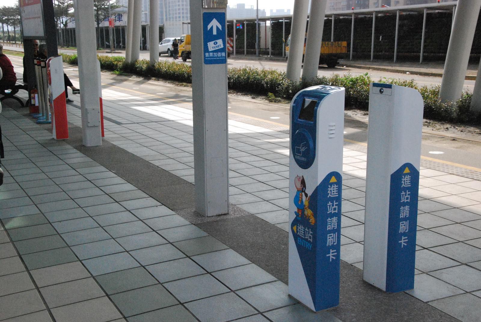 淡海輕軌綠山線, 輕軌崁頂站, 刷卡機