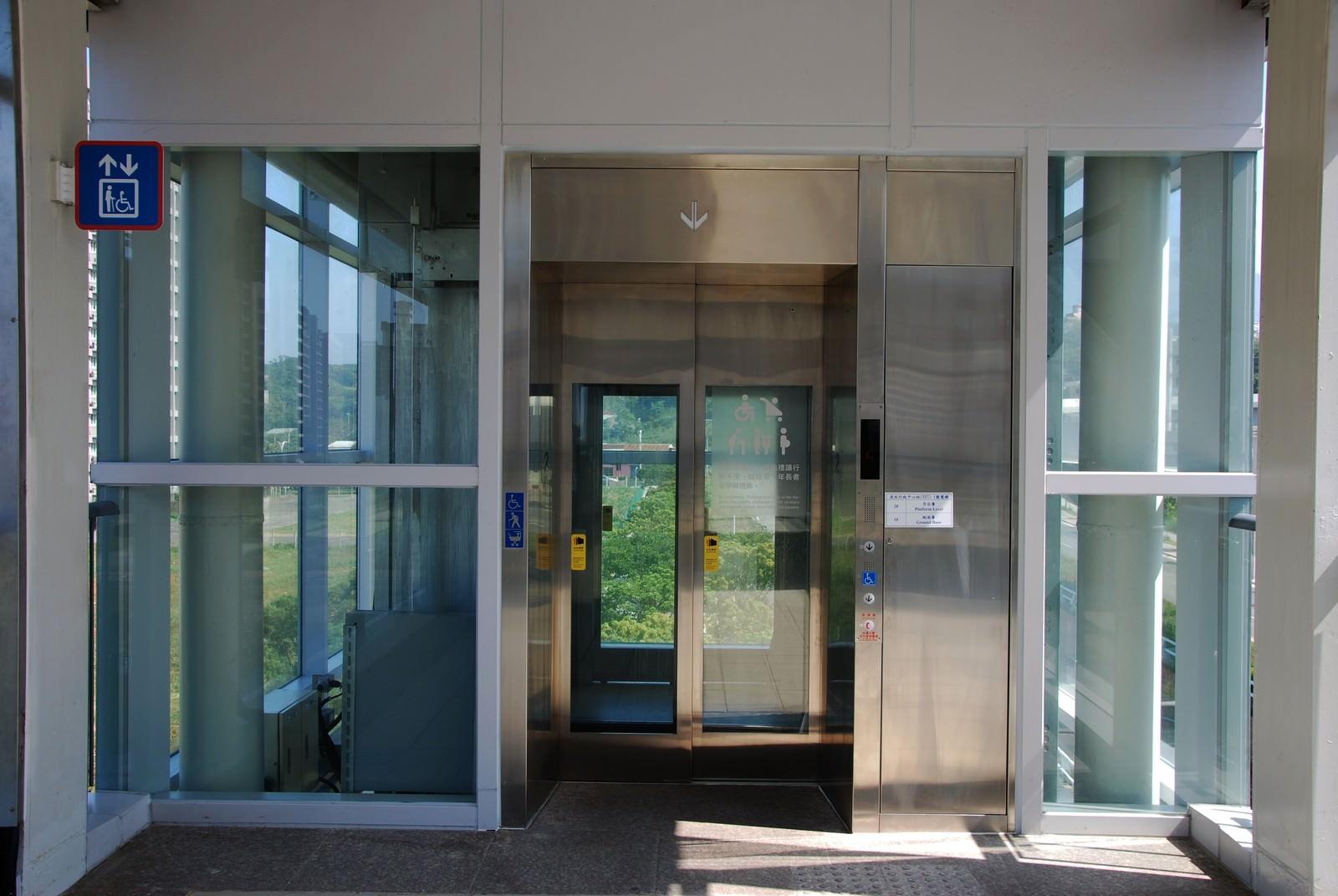 淡海輕軌綠山線, 輕軌淡水行政中心站, 電梯