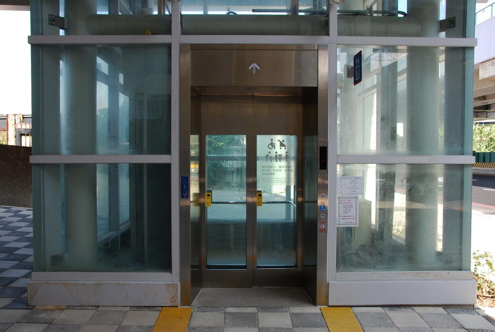 淡海輕軌綠山線, 輕軌淡金鄧公站, 電梯