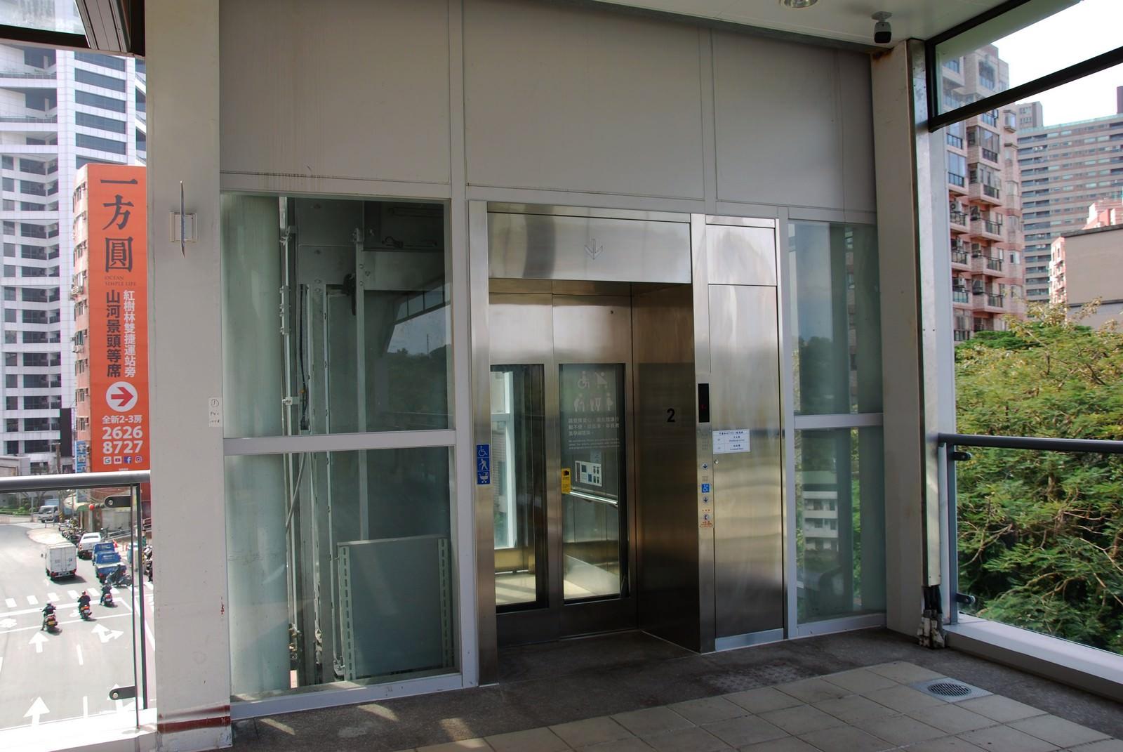 淡海輕軌綠山線, 輕軌竿蓁林站, 電梯